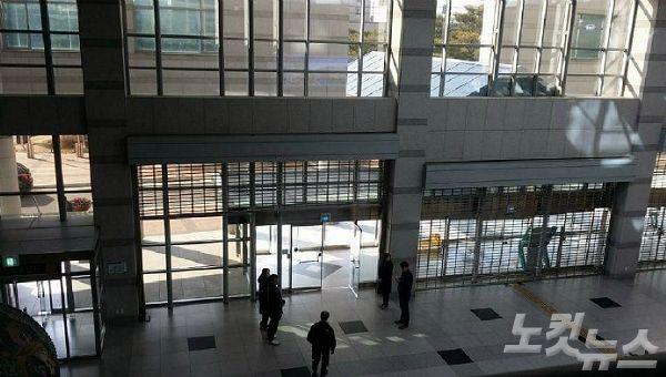 진주시가 삼성교통이 총파업에 돌입한 다음날인 지난 달 22일부터 시청사 정문을 제외한 모든 출입문을 차단·봉쇄하고 방문객을 통제하고 있다. (사진=경남CBS 이상현 기자)