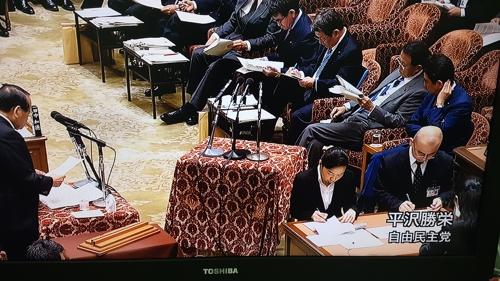 25일 열린 일본 중의원 예산위에서 문희상 국회의장 발언의 진위를 따지는 히라사와 가쓰에이 자민당 의원(왼쪽). 아베 총리(오른쪽)는 히라사와 의원의 질의 중에 머리를 만지면서 아소 다로 부총리가 보는 서류를 곁눈질하고 있다. [NHK 중계 화면 캡처]
