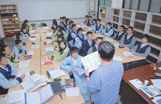 민사고 학생들의 수업 장면. 한복을 입고 민족주체성교육을 지향한다. / 사진:민족사관고