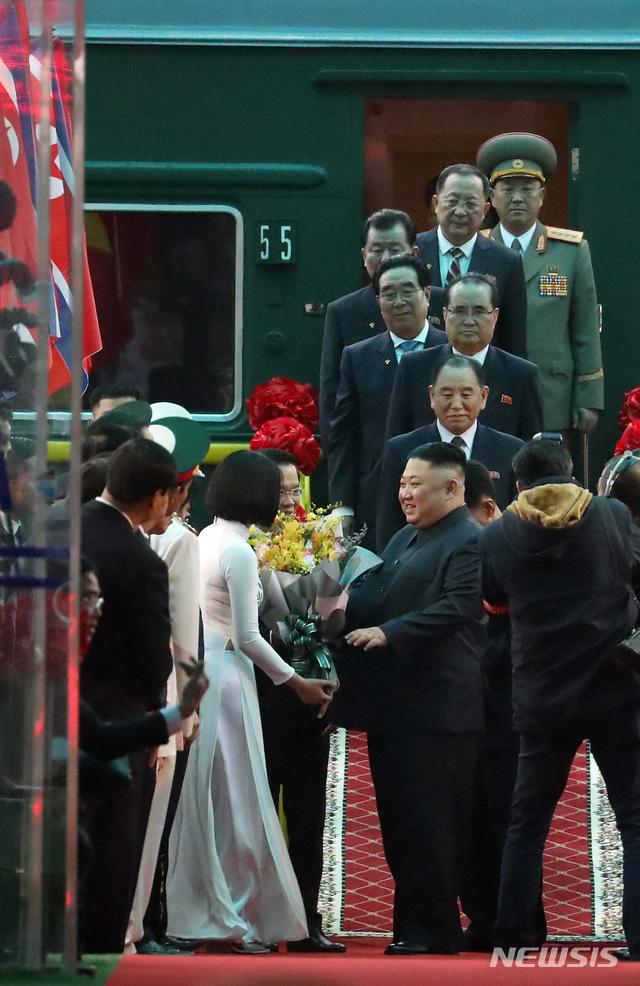 【랑선(베트남)=뉴시스】고승민 기자 = 제2차 북미정상회담 일정을 하루 앞둔 26일 김정은 북한 국무위원장이 특별열차를 타고 베트남 랑선성 동당역에 도착하고 있다. 2019.02.26.kkssmm99@newsis.com