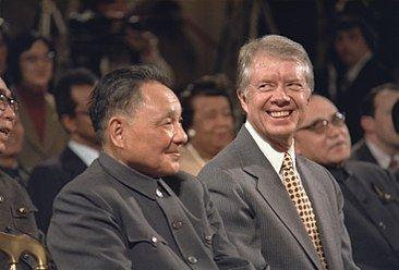 """1979년 1월 1일 미중 국교 정상화를 계기로 중국 지도자 덩샤오핑(왼쪽)이 1월 18일부터 9일간 미국을 방문했다. 덩이 지미 카터 미국 대통령을 만나고 있다. 덩은 당시 '조그만한 친구가 말을 듣지 않아 엉덩이를 떼려야겠다""""며 베트남 침공을 암시했다. [중앙포토]"""