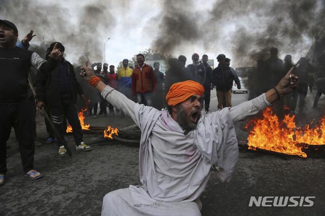 【잠무=AP/뉴시스】15일(현지시간) 인도 잠무에서 한 시위대가 전날 인도령 카슈미르주 스리나가르에서 발생한 경찰 버스 자살폭탄 테러에 분노해 구호를 외치며 시위하고 있다. 14일의 차량 자살폭탄 테러로 사망자가 최소 40명으로 늘어났으며 이는 분쟁지역인 이 지역 역사상 가장 치명적인 공격이 됐다고 현지 보안 관계자가 밝혔다. 2019.02.15.