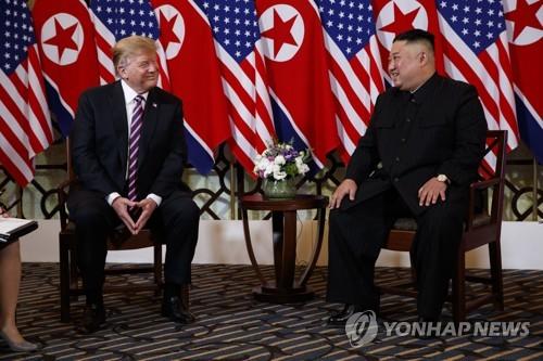 도널드 트럼프(왼쪽) 미국 대통령과 김정은 북한 국무위원장이 2차 북미정상회담 첫날인 27일(현지시간) 베트남 하노이 소피텔 레전드 메트로폴 호텔에서 만나 이야기를 나누고 있는 모습  [AP=연합뉴스]