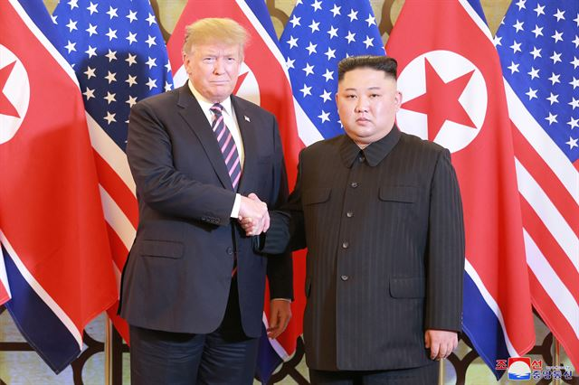 김정은(오른쪽) 북한 국무위원장과 도널드 트럼프 미국 대통령의 베트남 하노이 메트로폴 호텔에서의 27일 만찬 행사를 보도하며 조선중앙통신이 공개한 사진.  조선중앙통신 연합뉴스