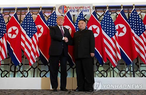 8개월 만에 만나 손잡은 트럼프-김정은 (하노이 AFP=연합뉴스) 도널드 트럼프(왼쪽) 미국 대통령과 김정은 북한 국무위원장이 제2차 북미정상회담 첫날인 27일(현지시간) 베트남 하노이의 소피텔 레전드 메트로폴 호텔에서 만나 악수하고 있다. 두 정상은 지난해 6·12 싱가포르 정상회담 이후 8개월여 만에 재회했다 leekm@yna.co.kr