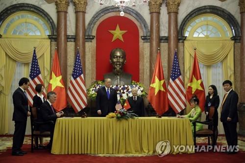 베트남 항공사와 보잉 계약 지켜보는 트럼프와 베트남 주석 [AP=연합뉴스]