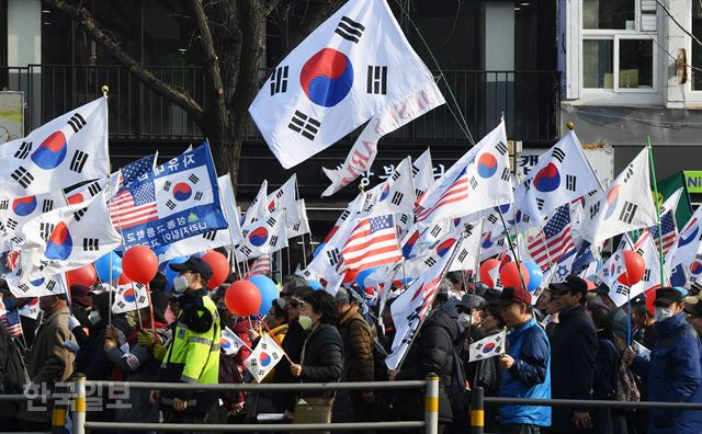 보수단체들이 1일 오후 서울역 광장에서 '100주년 3.1절 기념 및 110차 태극기 집회'를 가진 후 광화문 방향으로 가두시위를 벌이고 있다. 홍인기 기자