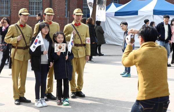 3.1절 100주년을 맞은 1일 오후 서울 서대문형무소를 찾은 시민들이 기념사진 촬영을 하며 즐거운 시간을 보내고 있다. ⓒ고성준 기자