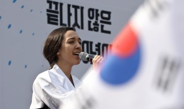 3.1절 100주년을 맞은 1일 오후 서울 서대문형무소를 찾은 외국인이 무대위에서 애국가를 부르고 있다. ⓒ고성준 기자