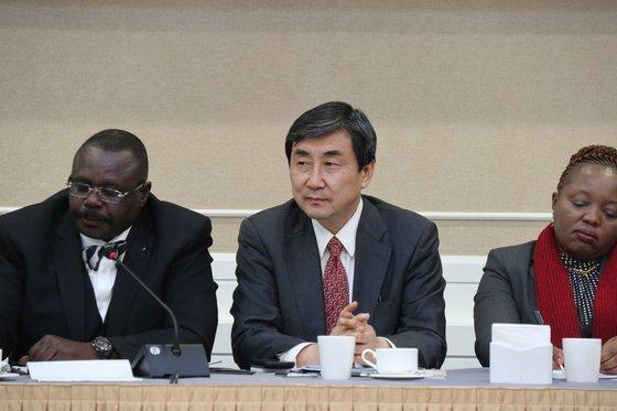 이종걸 더불어민주당 의원이 27일 국회 귀빈식당에서 '3.1운동 100주년 기념' Global Peace Convention 회의를 주최하고있다. [사진 이종걸 의원실]