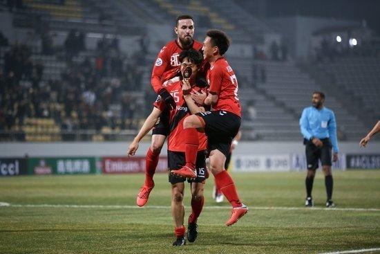 경남FC는 5일 열린 2019 AFC 챔피언스리그 조별리그 1차전 산둥 루넝과 경기에서 2-2 무승부를 기록했다. 0-1로 끌려가던 후반 16분, 우주성이 넣은 동점골은 경남 FC의 구단 ACL 첫 득점이었다. 득점 후 기뻐하는 우주성(15번).K League 제공