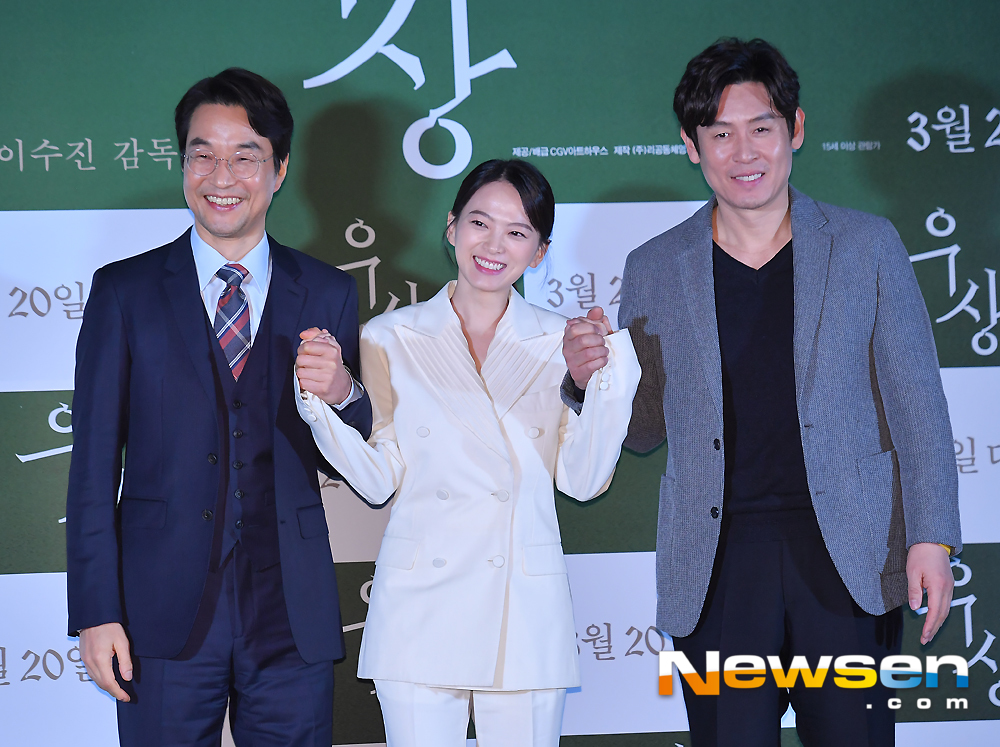 <p>The movie 'Idol' to the Media City Council 3 October 7 afternoon, Seoul Yongsan CGV Yongsan I Park Mall was opened in</p><p>This day, Chun Woo-Hee Han Suk-kyu Sol Kyung-gu Family photo pose in response.</p><p>At the premiere of actor Han Suk-kyu, Sol Kyung-gu, and Chun Woo-Hee, Director Number attended.</p>