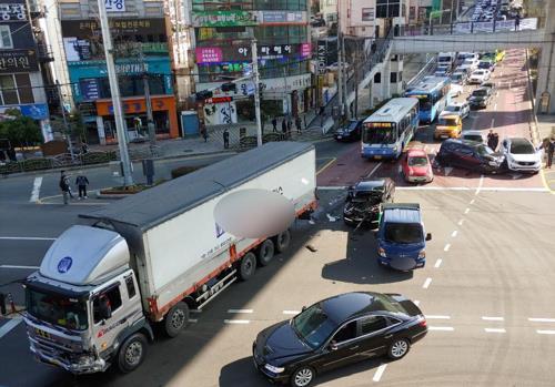 '공포의 내리막길' 부산 신모라교차로..안전시설 강화[사설바둑이|배트맨? 토토]