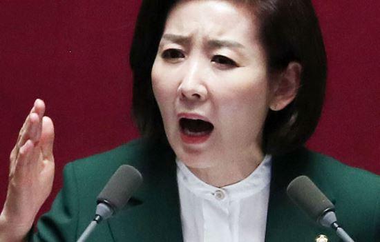 자유한국당 나경원 원내대표가 12일 오전 서울 여의도 국회에서 열린 본회의에서 교섭단체 대표연설을 하고 있다. 뉴시스