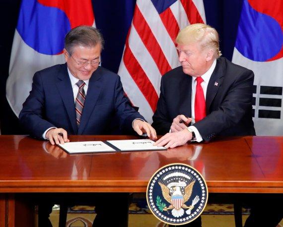 문재인 대통령과 도널드 트럼프 미국 대통령이 지난해 9월 미국 뉴욕에서 열린 한·미 자유무역협정(FTA) 개정 서명식에 앞서 '한·미 FTA에 관한 공동 성명'에 서명하는 모습. 사진=연합뉴스