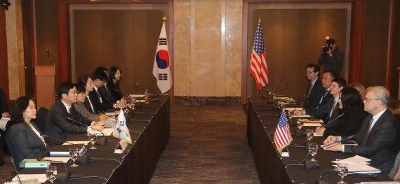 지난해 1월 서울에서 개최된 한·미 자유무역협정(FTA) 개정 2차 협상 모습. 당시 유명희 통상교섭실장(현 통상교섭본부장)(왼쪽 첫번째)이 우리측 대표였다. 한·미 양국은 '개정 FTA'를 지난해 9월 미국에서 서명한 후 올해 1월 정식 발효했다. 사진=김범석 기자