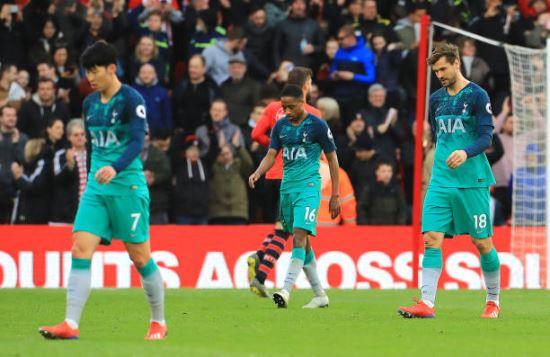 토트넘 선수들이 지난 10일(한국시간) 2018-2019 잉글랜드 프리미어리그 사우샘프턴전에서 1대 2로 패한 직후 아쉬운 표정으로 그라운드를 걸어 나오고 있다. AP뉴시스