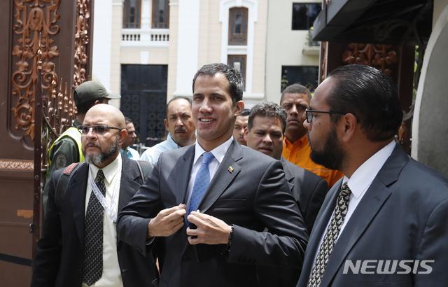 【카라카스=AP/뉴시스】베네수엘라의 임시 대통령을 자임한 후안 과이도 국회의장이 11일(현지시간) 국회에 도착하고 있다.과이도 의장은 지난 7일부터 발생한 정전 사태의 책임을 마두로 정부의 부패와 실정 탓이라고 비난하며 '비상사태' 선포를 요청했고 국회는 이를 받아들여 국가비상사태를 선포했다. 2019.03.12.
