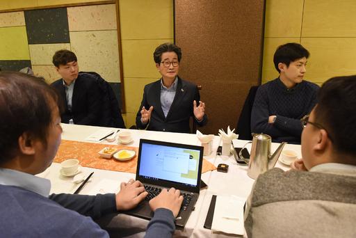 이목희 대통령 직속 일자리위원회 부위원장(뒷줄 가운데)이 14일 서울 종로구에서 열린 오찬간담회에서 모두발언을 하고 있다. 일자리위 제공