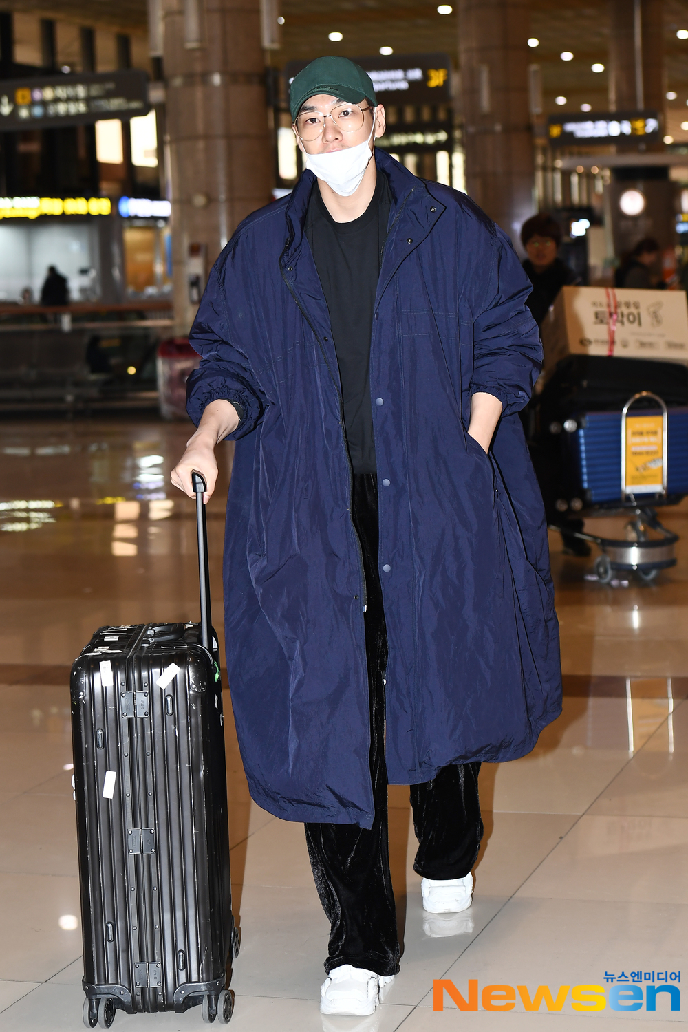 <p>Actor Kim Young-kwang, this 3 15 am Seoul Gangseo way car Gimpo International Airport to Japan through Tokyo Broadcasting System Holdings in the Open, KIM YOUNG KWANG JAPAN OFFICIAL FANCLUB 1 Anniversary Party to attend car Tokyo Broadcasting System Holdings Haneda with the departure.</p><p>Actor Kim Young-kwang, this airport fashion and Tokyo Broadcasting System Holdings Haneda with the departure.</p>