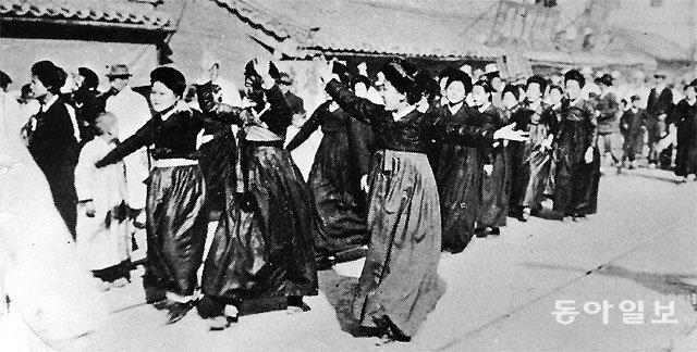 1919년 3월 1일 서울 여학생들이 독립만세를 외치며 전찻길 옆을 행진하는 모습. 사진 속 여학생들은 경성여고보생들로 추정된다.  수원대 박환 교수에 따르면 이 사진은 일본 오사카아사히신문 1919년 3월 5일자에 실린 것으로 한때 '기생 시위 사진'으로  오해받기도 했다. 당시에는 여학생들이 사진 속 머리 차림새처럼 '히사시가미'라는 스타일로 꾸미는 게 유행했다. 안영배 기자 ojong@donga.com