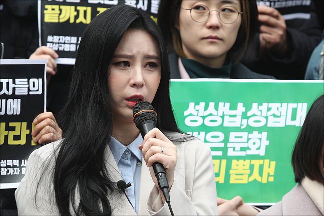 배우 윤지오가 18일 문재인 대통령이 장자연 사건을 언급하자 기쁨을 감추지 않았다. ⓒ 데일리안 홍금표 기자