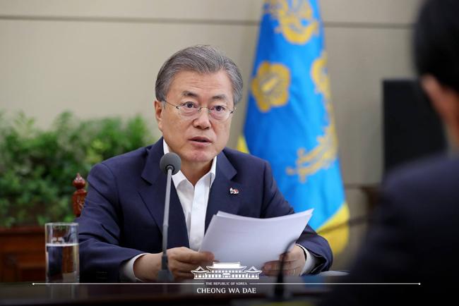 문재인 대통령은 18일 오후 2시부터 1시간 동안 청와대에서 박상기 법무부장관과 김부겸 행정안전부 장관으로부터 장자연,김학의,버닝썬 사건 관련 보고를 받았다.