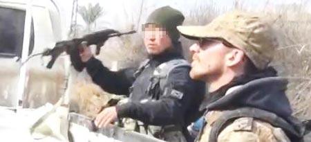 시리아 쿠르드족 민병대 '인민수비대'의 유튜브 홍보영상에서 왼팔에 태극마크를 붙인 한국인 강모(왼쪽)씨가 총을 들고 있다. 인민수비대는 극단주의 무장 단체 IS(이슬람국가) 소탕에 앞장서 왔다. /유튜브