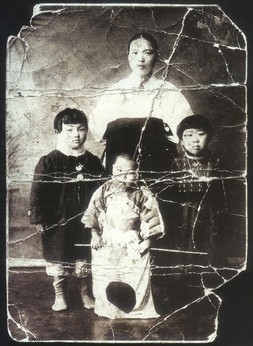 일본 규슈 후쿠오카 치쿠호 탄광에 강제연행되어 혹사당하다 사망한 한국인 노동자의 품에서 나온 가족사진.