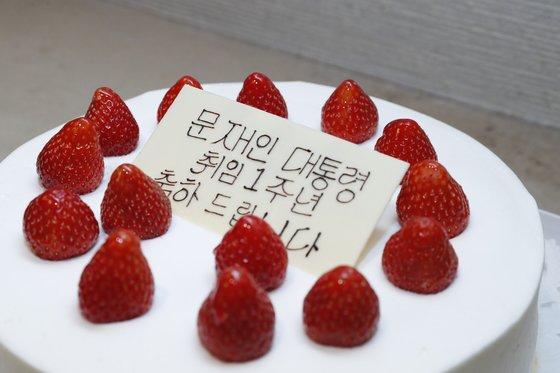 문재인 대통령이 아베 총리에게서 받은 대통령 취임1주년 기념 케이크.청와대사진기자단