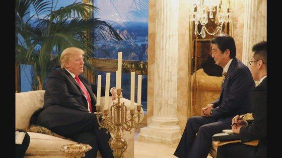 23일(현지시간)미국 뉴욕 트럼프 타워에서 만난 아베 신조 일본 총리와 도널드 트럼프 미국 대통령의 모습. [일본 내각홍보실 제공]