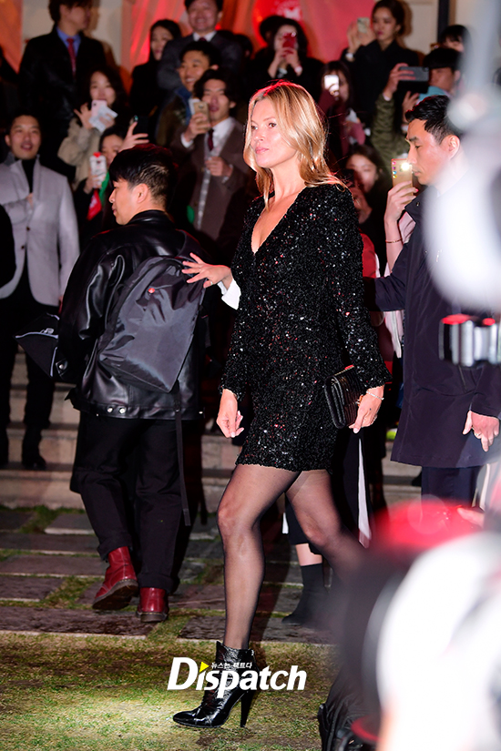 <p> United Kingdom Model Kate Moss 22 afternoon, Seoul Gangnam-GU Nonhyeon-Dong line from an open bag brand Fashion Show, attended the event.</p><p>Kate Moss this day, the perfect each line to strutting emerged. Charismatic appearance as the atmosphere overwhelmed.</p><p>Time. Line. House. One</p><p>Incomparable charisma</p><p>Aspect ratio</p>