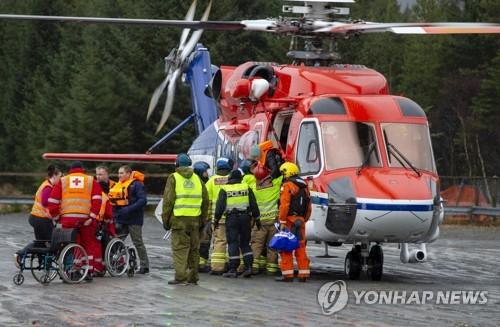 구조헬기로 육지에 도착한 크루즈선 승객들 [AP=연합뉴스]