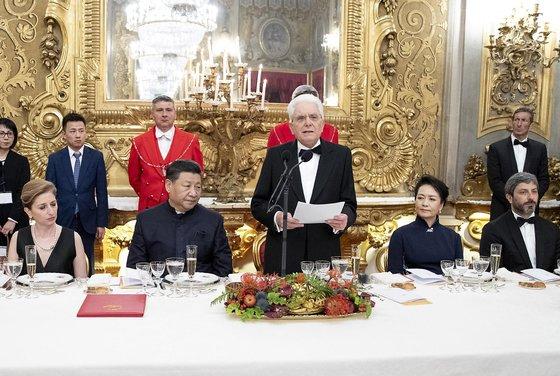 세르지오 마타렐라 이탈리아 대통령(가운데)이 주최한 국빈 만찬에 참여한 시진핑 중국 국가주석 [EPA=연합뉴스]