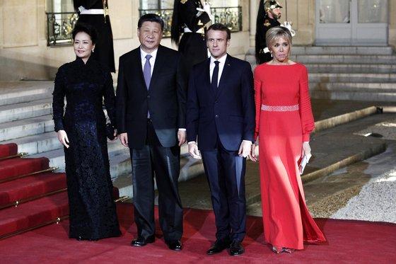 파리 엘리제궁에서 만찬을 앞두고 포즈를 취한 시진핑 중국 국가주석 부부(왼쪽)와 에마뉘엘 마크롱 프랑스 대통령 부부. [EPA=연합뉴스]