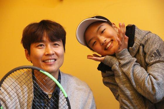 축구선수 이동국과 그의 딸 재아. 재아는 지난 달 미국테니스협회 주관 12세 이하 대회에서 우승했다. 인천=오종택 기자
