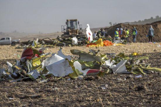 지난 10일(현지시간) 에티오피아를 떠나 케냐로 향하던 에티오피아항공 소속 ET302편(B737) 여객기가 이륙 직후 추락해 승객과 승무원 157명이 모두 사망했습니다. 잔해만 남은 모습이 비행기 추락사고가 얼마나 위험한지 알려줍니다. [사진=AP/연합뉴스]