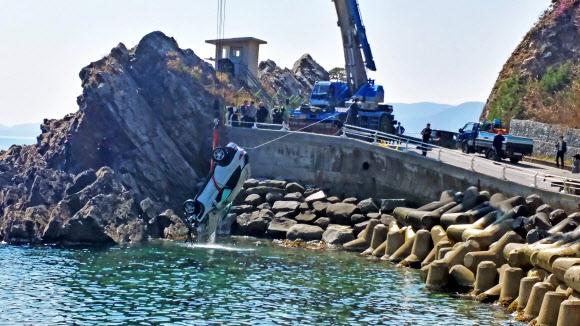 26일 오전 강릉 헌화로 해안도로변에서 승용차가 바다로 추락해 10대 남녀 5명이 숨졌다. 관계자들이 사고 차량을 인양하고 있다. 강릉 연합뉴스