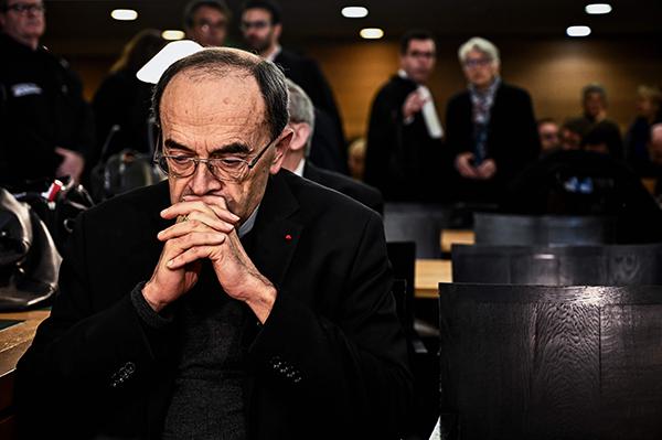 ⓒAFP PHOTO 1월7일 필리프 바르바랭 추기경이 법정에서 첫 공판을 기다리고 있다. 그는 3월7일 유죄판결을 받았다.
