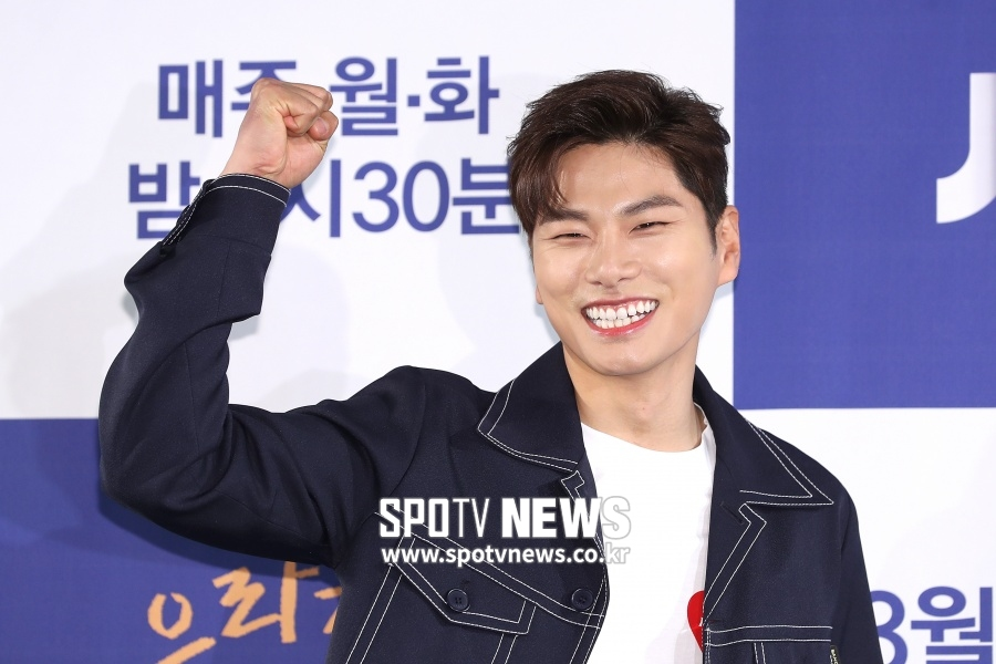 <p> Actor Lee Yi-kyung, this art program Running Manappearances.</p><p>27 one of the parties according to Lee Yi-kyung is the last week of SBS Running Man finished shooting. Broadcast schedule has not been finalized, but the 4 on 7 days potent.</p><p>Last 1 November in the drama red moon blue theend Lee Yi-kyung recently, the first broadcast started JTBC on every car Park, even Waikiki 2 starred. Recently, MBC Radio Starappearances by the witty humor and the art toys unleash for Running Man appearances.</p><p>Lee Yi-kyung of the active ends here. 4 November opening ahead of the movie Beautiful Boy, also starring, drama and performance arts, movies aspect Wujin active.</p><p>Lee Yi-kyung starring the Park car, Waikiki 2every Monday, Tuesday 9: 30pm broadcast. Lee Yi-kyung and Kim Seon-Ho, Shin Hyun-soo, Moon Young-hee, etc appeared.</p>