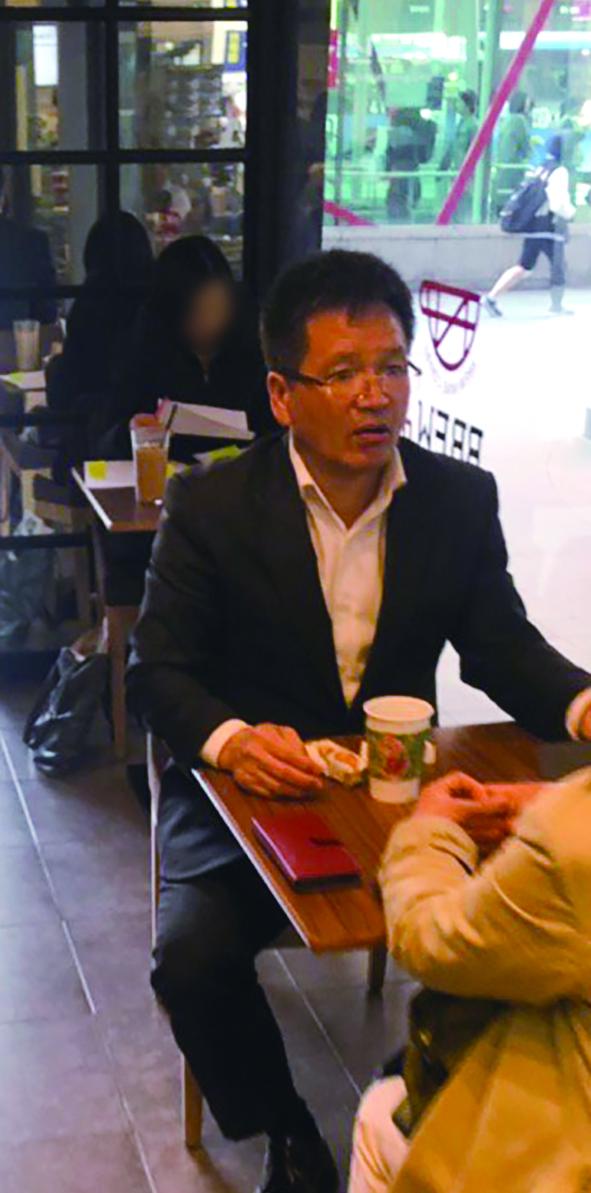 시사저널은 3월26일 서울 강남역 인근 커피숍에서 지인과 대화중인 윤중천 전 중천산업개발 대표를 포착했다. ⓒ시사저널 유지만
