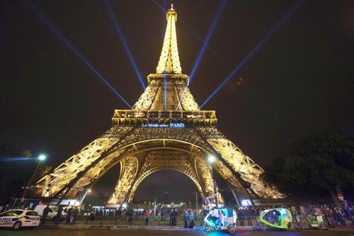 (파리 EPA=연합뉴스) 2015년 10월 조명 밝힌 에펠탑