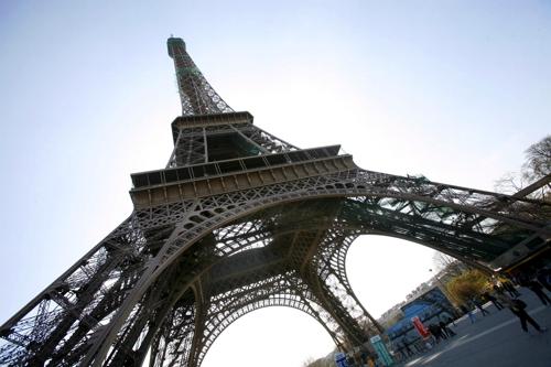 (파리 EPA=연합뉴스) 2009년 3월 지상에서 바라본 에펠탑