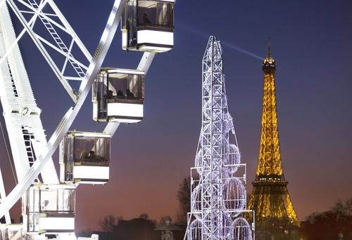 (파리 EPA=연합뉴스) 2012년 12월 크리스마스를 앞두고 주변 건물들과 함께 조명 밝힌 에펠탑
