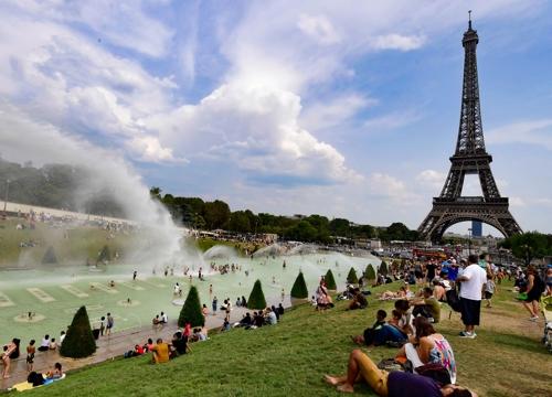 (파리 EPA=연합뉴스) 2018년 8월 시민과 관광객 등으로 붐비는 에펠탑 주변