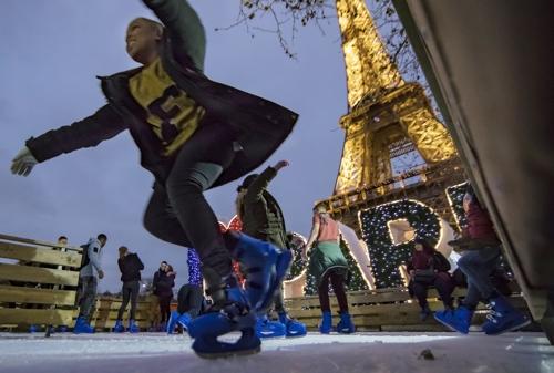 (파리 EPA=연합뉴스) 2017년 12월 에펠탑 주변에 설치된 아이스링크.