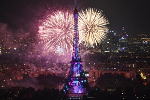 (파리 EPA=연합뉴스) 2018년 7월 14일 프랑스 혁명 기념일 에펠탑 주변 불꽃놀이