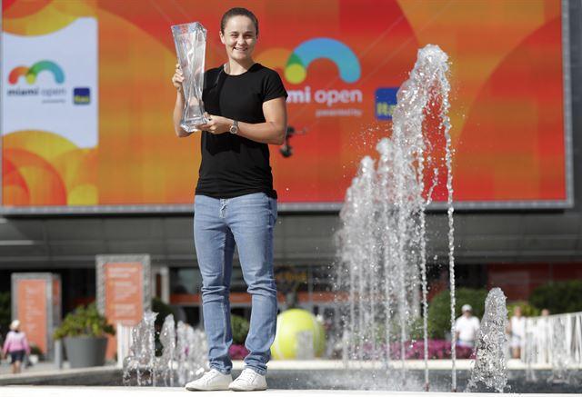 호주 여자테니스 간판 애슐리 바티가 30일(현지시간) 미국 플로리다주 마이애미에서 열린 WTA 투어 마이애미 오픈에서 우승을 차지한 뒤 트로피를 들고 있다. 마이애미=AP 연합뉴스