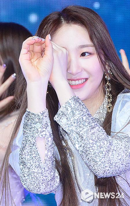 <p>Izone Lee Chae-yeon the 1 afternoon Seoul interests like Yongsan District Itaewon Blue Square on the Open second mini album, Heart Out(HEART*IZ) released a commemorative showcase stunning on stage.</p>