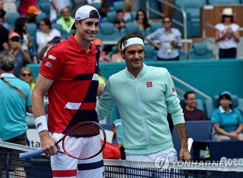 경기 시작 전 포즈를 취한 페더러(오른쪽)와 이스너. [로이터=연합뉴스] Mandatory Credit: Steve Mitchell-USA TODAY Sports